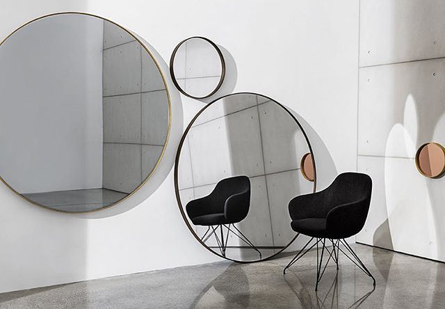 'Visual' mirror for Sovet Italia. Round wall mirror with lacquered metal frame, mocha or burnished brass finish.Central mirror available in different shades. #sovetitalia #sovet #akiagency #visual #interiordesign #wooninspiratie #sovetdealer #mirror #italy #interieurarchitect #interieurstyling #venice #woondecoratie #projectinrichting #projectinrichter #restaurantinterieur #luxury #lxry Info@akiagency.nl