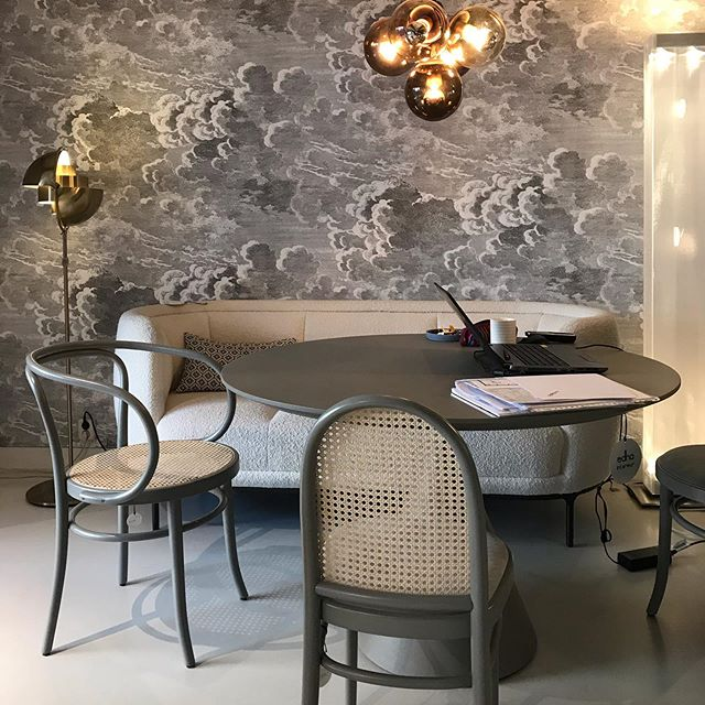 WITTMANN & GTV @edhainterieur Amsterdam. What a great presentation in the showroom of Edha Amsterdam, Wittmann dining sofa Vuelta and de dining chairs Wiener Stuh and Moris of GTV. #wittmannofficial #gtv #akiagency #edha #amsterdam #jaimehayon #showroom #interiordesign #interiorarchitect #projectinrichting #interieurarchitect #020 #torino #gebruderthonetvienna #vienna info@akiagency.nl