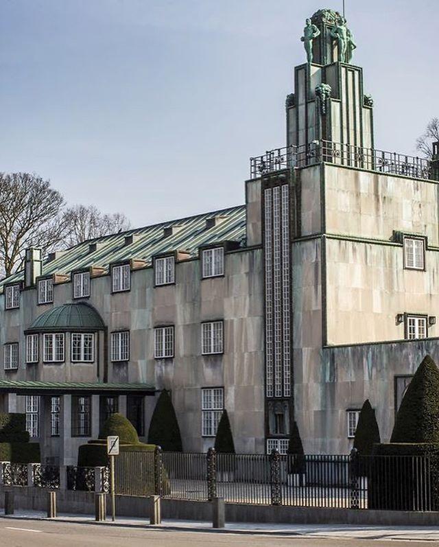 Wittmann | AKI :Het Stocletpaleis is een villa aan de Tervurenlaan in de Brusselse gemeente Sint-Pieters-Woluwe naar een ontwerp van de Oostenrijkse architect Josef Hoffmann, opgeleverd in 1911. Het gebouw wordt beschouwd als diens magnum opus en het sluitstuk van de jugendstil. Voor dit ontwerp is er ook een sofa ontworpen door Josef Hoffmann de Palais Stocklet sofa, deze zit nog steeds in de collectie bij Wittmann. #josefhoffmann #palaisstoclet #brussel #wittmann #jugendstil #icon #proud #vienna #architect #architecture #interiordesign #interiorarchitect #storytelling #legend #wittmanndealer #wittmannworkshop into@akiagency.nl